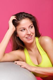 Jovens e mulher fitness rosa