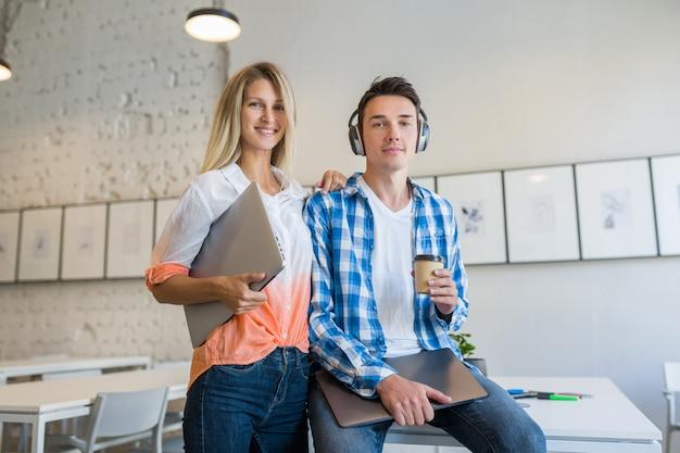 Jovens elegantes e legais em um escritório colaborativo,