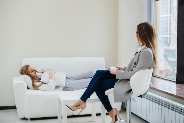 Jovens em consulta com psicólogo.