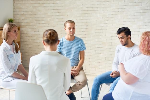 Jovens em reunião anônima