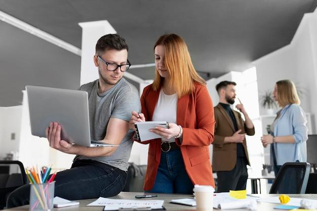 Jovens em reunião de trabalho no escritório