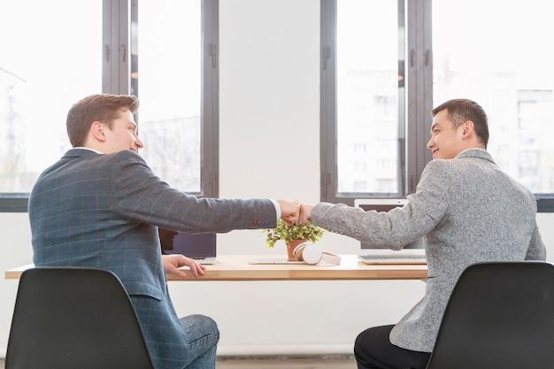 Jovens empreendedores felizes em trabalhar juntos