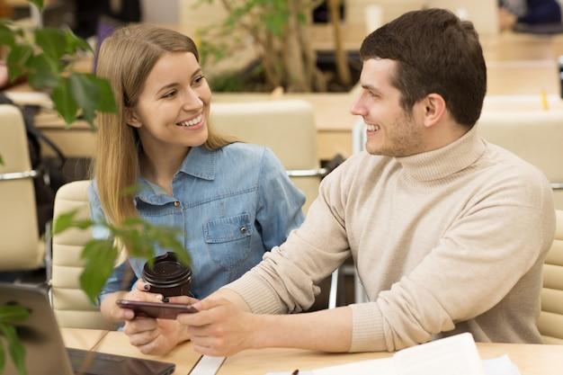 Jovens empreendedores trabalhando juntos no escritório