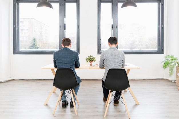 Jovens empreendedores trabalhando juntos