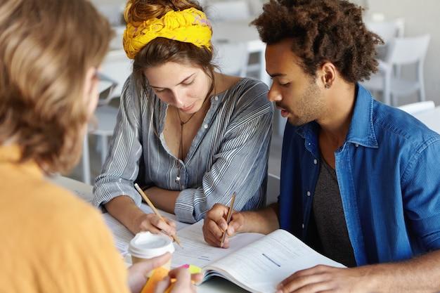 Jovens empresários ambiciosos estudando