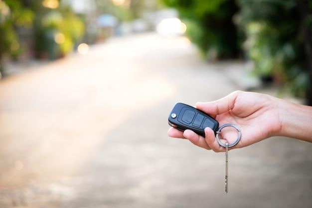 Jovens empresários apresentar as chaves do carro para