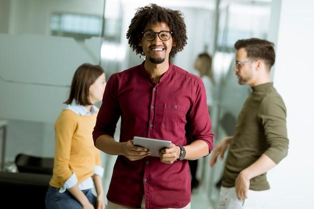 Jovens empresários com tablet no escritório