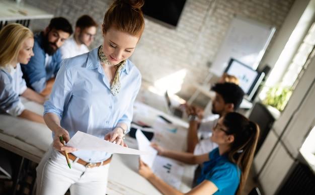 Jovens empresários criativos trabalhando em projetos de negócios no escritório