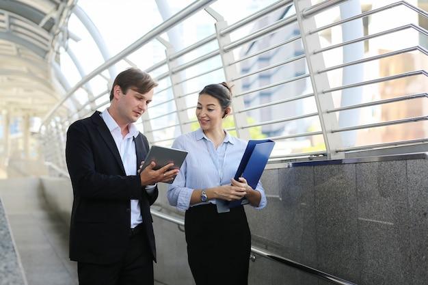Jovens empresários discutindo um novo projeto