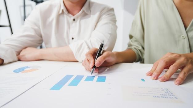 Jovens empresários e empresárias da ásia felizes reunindo-se com ideias para um brainstorming