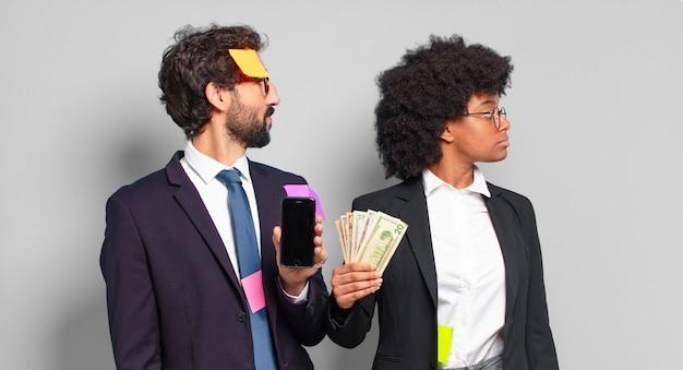 Jovens empresários em vista de perfil, olhando para copiar o espaço à frente, pensando, imaginando ou sonhando acordado. conceito de negócio humorístico