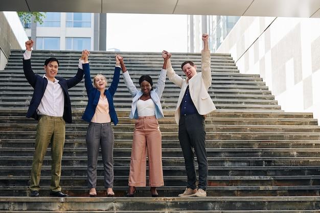 Jovens empresários felizes e animados