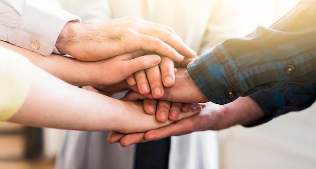 Jovens empresários juntando as mãos