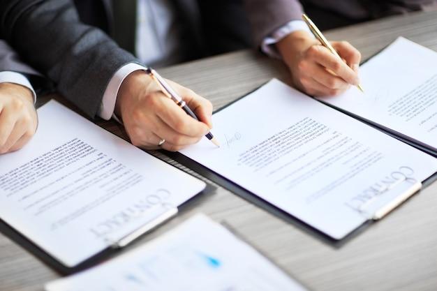 Jovens empresários na entrevista de emprego, assinaram contrato de trabalho com patrão no escritório