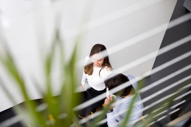 Jovens empresários no escritório moderno
