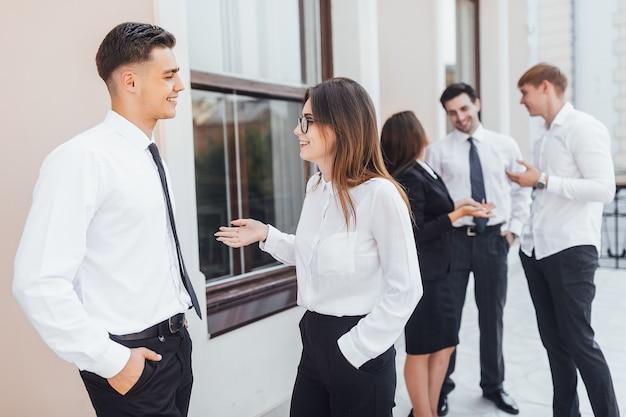 Jovens empresários promissores estão falando na rua sobre negócios