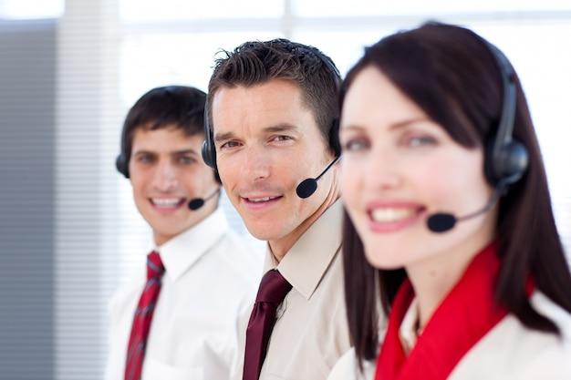 Jovens empresários que trabalham em um call center