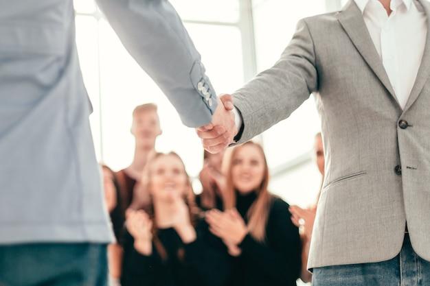 Jovens empresários se conhecem com um aperto de mão
