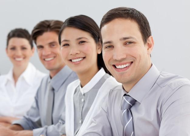 Jovens empresários sentados em uma linha