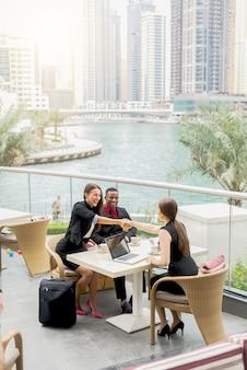 Jovens empresários tendo uma reunião ao ar livre. apertando as mãos. arranjos bem-sucedidos feitos.