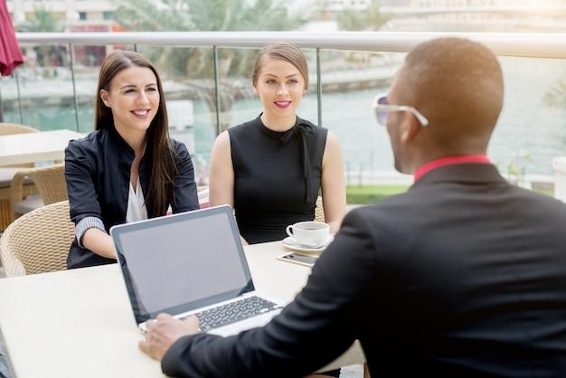 Jovens empresários tendo uma reunião ao ar livre. arranjos bem-sucedidos em andamento. debate.