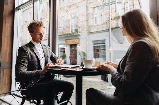 Jovens empresários tendo uma reunião em um café