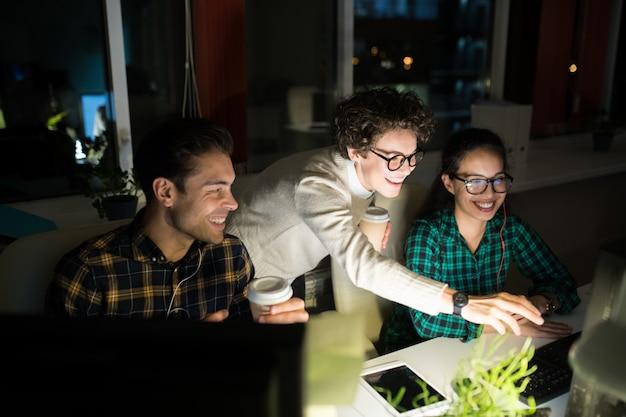 Jovens empresários trabalhando à noite
