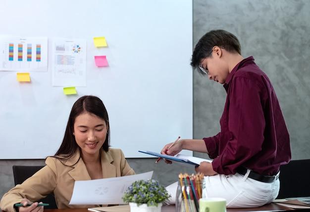 Jovens empresários trabalhando, com colegas da reunião de equipe