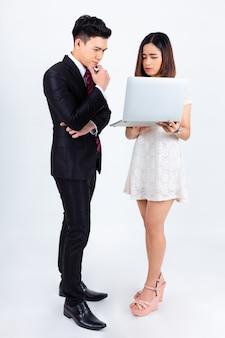 Jovens empresários trabalhando com laptop em branco