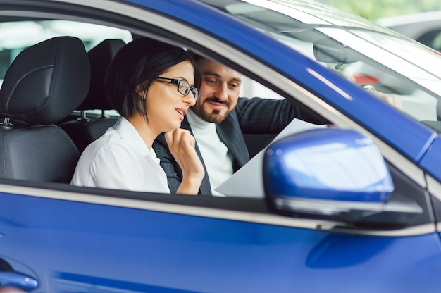 Jovens empresários trabalhando juntos enquanto viajavam de carro.