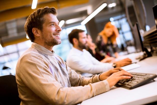 Jovens empresários trabalhando no escritório