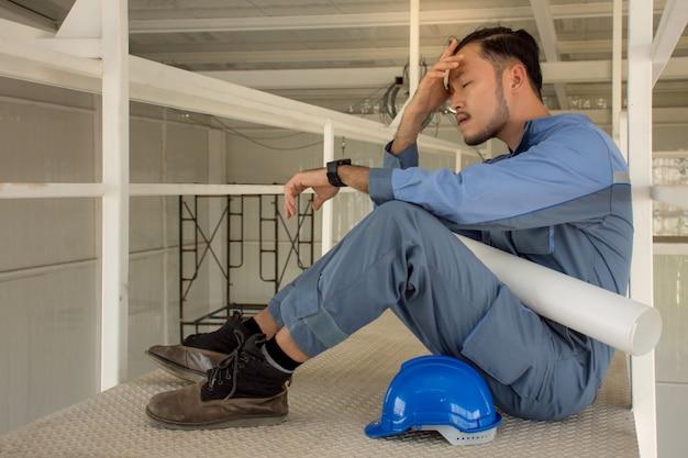 Jovens engenheiros asiáticos sofrendo estresse