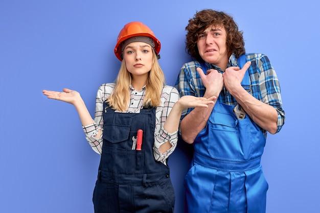Jovens engenheiros não cumpriram o plano de construção corretamente, trabalhadores da construção civil não qualificados vestidos de uniforme
