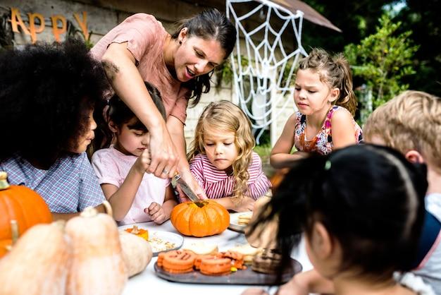 Jovens, esculpindo, dia das bruxas, jack-o-lanterns