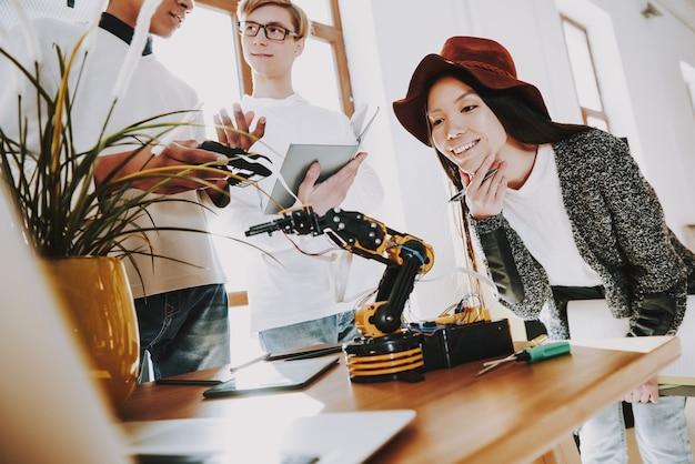 Jovens especialistas são robôs iventados.