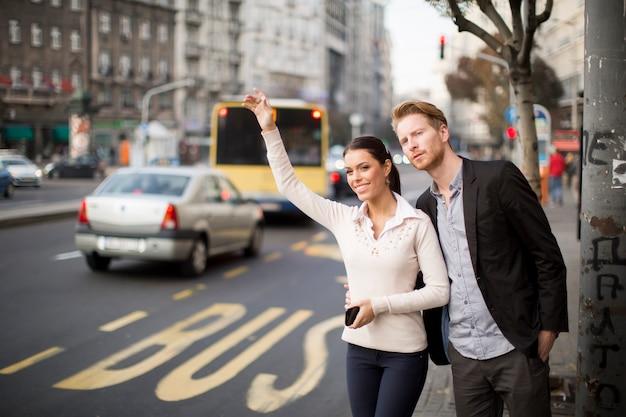 Jovens, esperando, autocarro, rua