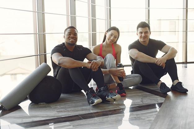Jovens esportes treinando em uma academia de manhã