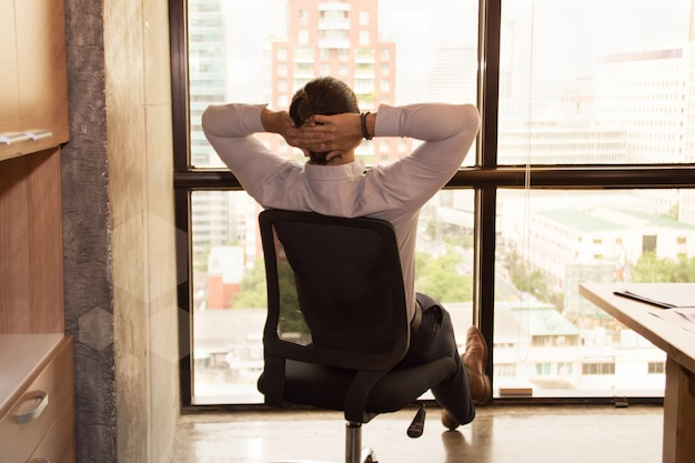 Jovens estão relaxando no trabalho no escritório