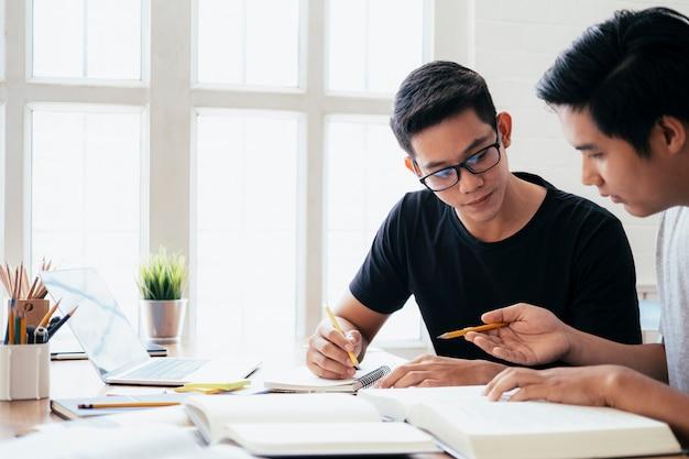 Jovens estudando para um exame