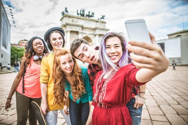 Jovens estudantes ao ar livre