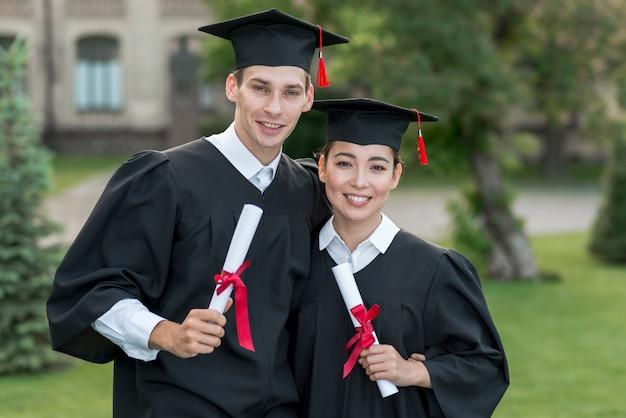 Jovens, estudantes, celebrando, seu, graduação