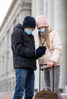 Jovens estudantes com máscaras no exterior