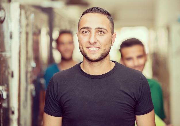 Jovens estudantes de árabe no vestiário da faculdade