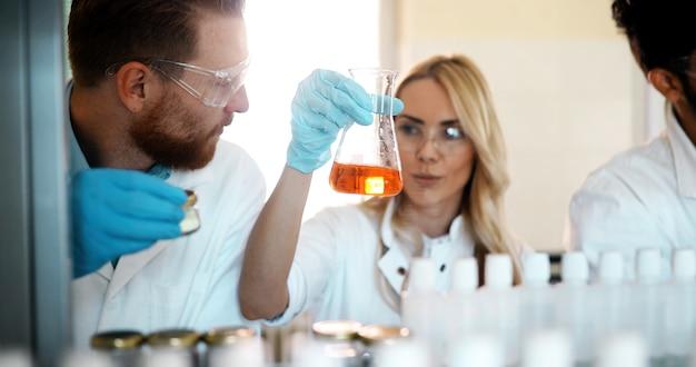 Jovens estudantes de química trabalhando juntos em laboratório