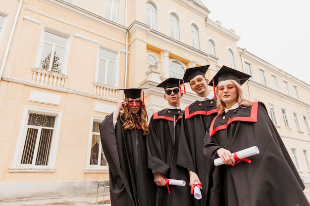Jovens estudantes graduados