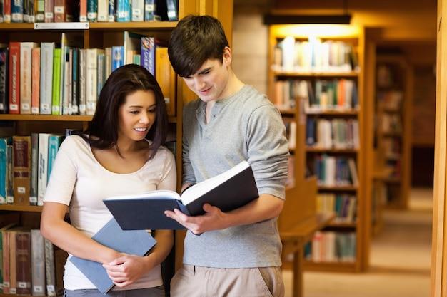 Jovens estudantes lendo um livro