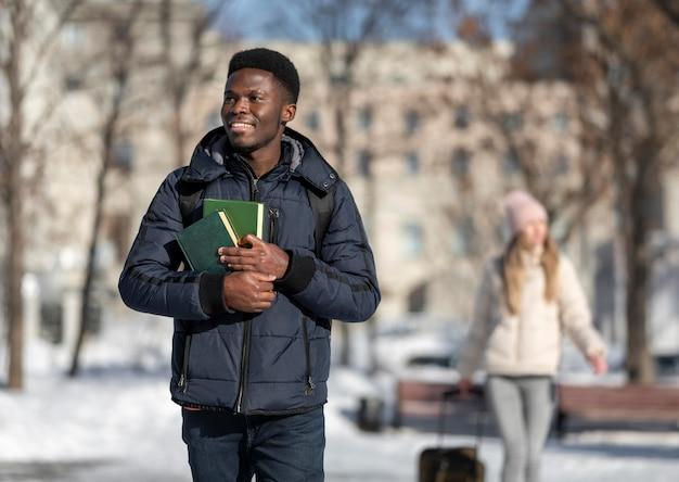 Jovens estudantes no exterior