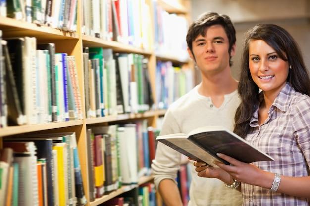 Jovens estudantes segurando um livro