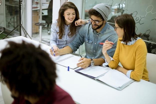 Jovens estudantes sentados na sala de aula