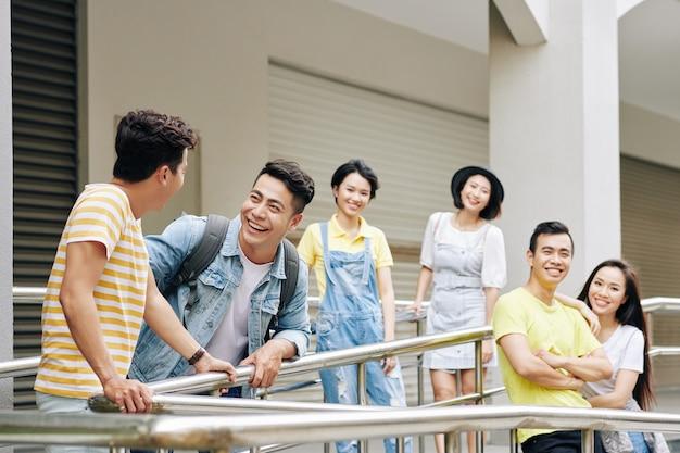 Jovens estudantes universitários asiáticos